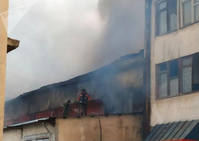 Сотрудники МЧС тушат пожар на складе в восточной части Бишкека