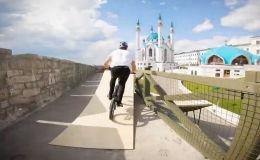 Съемка трюков велосипедиста получилась настолько хорошей, что пользователи задумались — кто круче: трюкач или оператор, управлявший дроном?