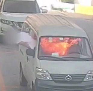 Мужчина сидел за рулем, когда микроавтобус неожиданно вспыхнул. Это зафиксировала камера наблюдения.