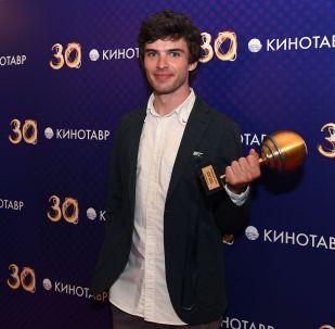 Режиссер Борис Акопов, получивший гран-при фестиваля за фильм Бык на церемонии закрытия 30-го Открытого фестиваля российского кино Кинотавр.