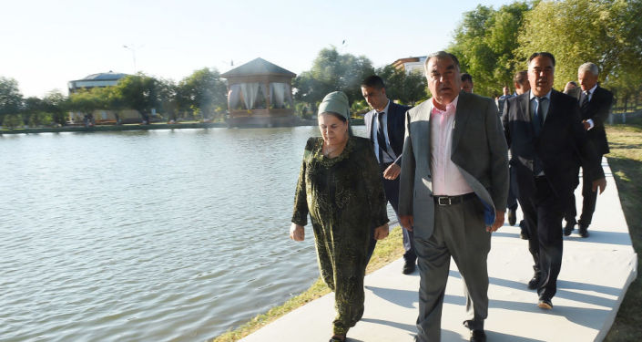 Президент Таджикистана Эмомали Рахмон в Бободжон Гафуровском районе Согдийской области вместе с супругой и внуками собрал фрукты Боги миллии Вахдата