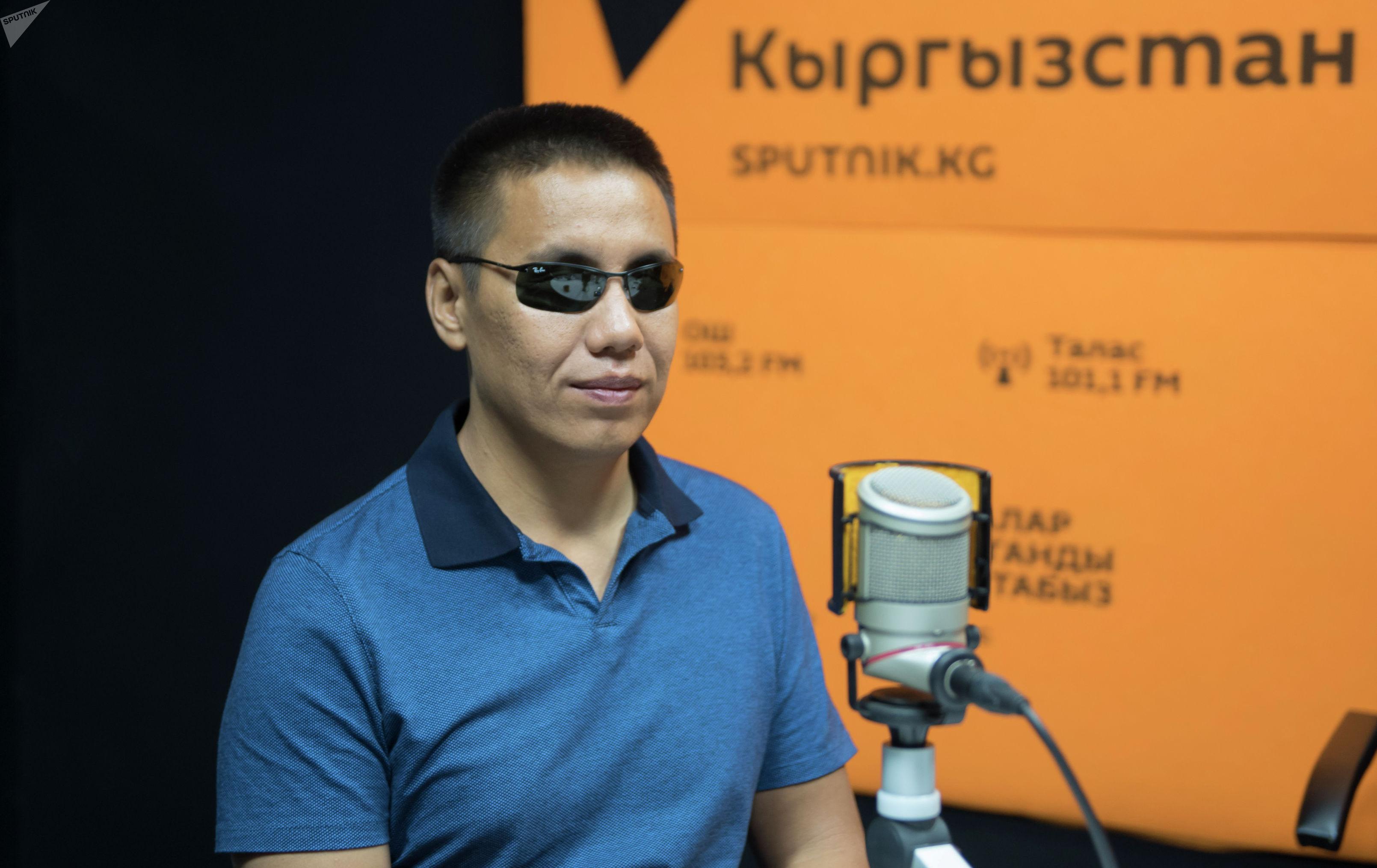 Депутат Жогорку Кенеша Дастан Бекешев во время интервью