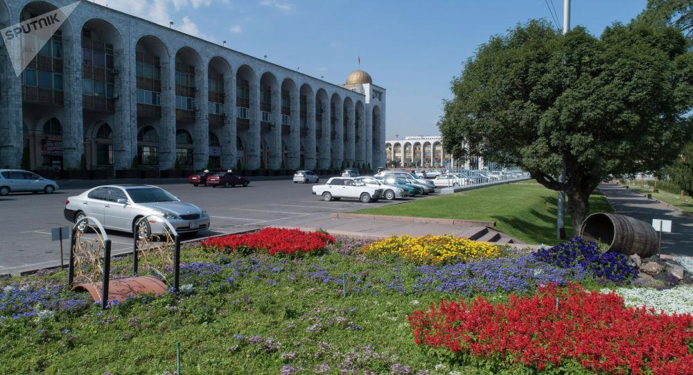 Припаркованные автомобили на площади Ала-Тоо в Бишкеке