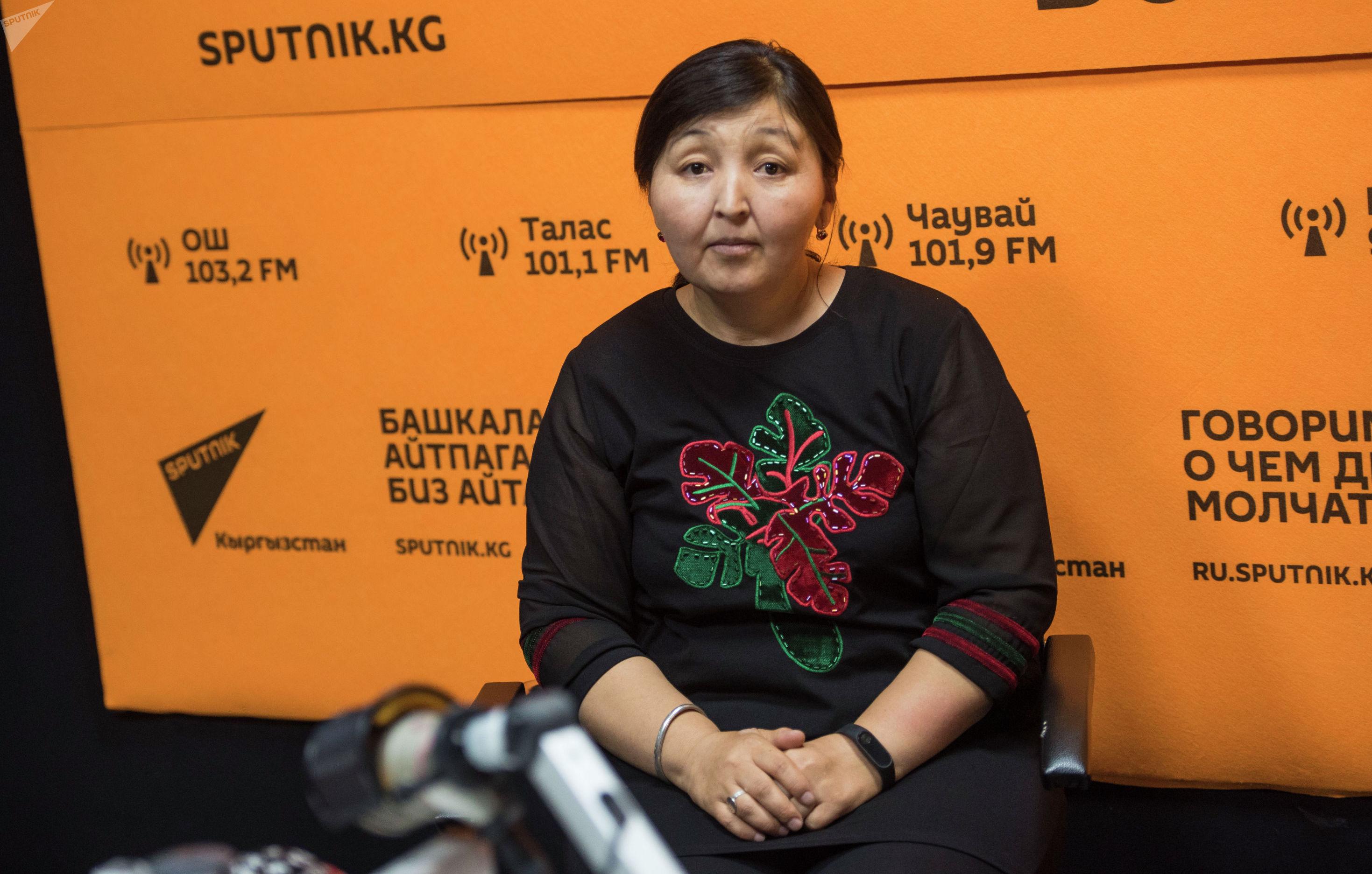 Мать четверых детей Аида Байтикова на радиостудии Sputnik Кыргызстан
