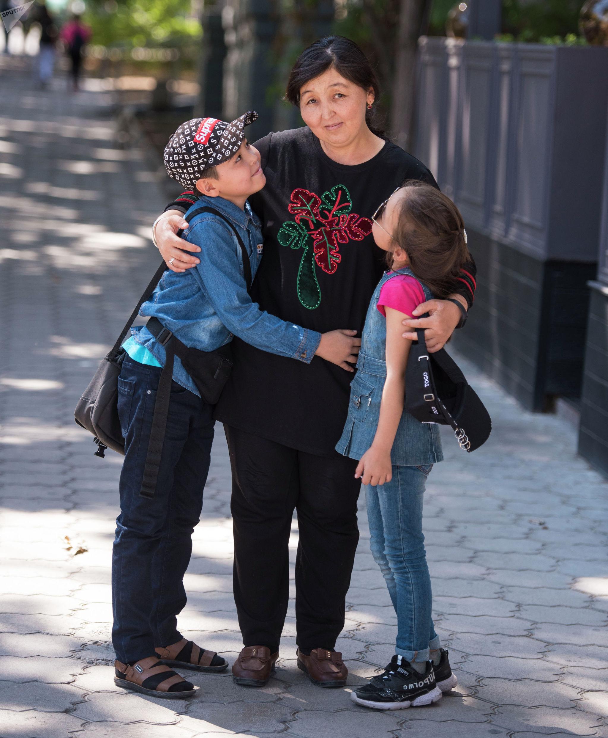Мать четверых детей Аида Байтикова с детьми