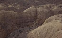 Среди огромных скал Боомского ущелья эоловые замки едва видны со стороны и кажутся небольшими глиняными холмами. Но стоит подойти к холмам поближе, как они раскрывают свой необычный вид. Видео опубликовано на Youtube-канале кыргызстанца, специализирующегося на съемках природы Кыргызстана с дрона.