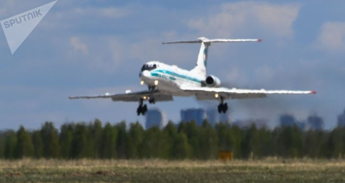 Самолет Ту-134 заходит на посадку. Архивное фото