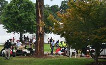 Медики оказывают помощь пострадавшим от удара молнии во время турнира по гольфу в Джорджии, США. 24 августа 2019 года