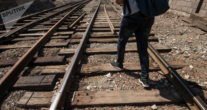 Мужчина идет по железнодорожным путям. Архивное фото