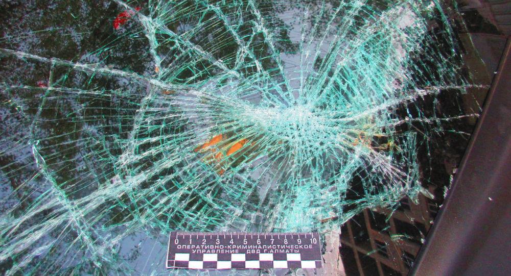 Лобовое стекло авто после жестокого наезда на трех человек