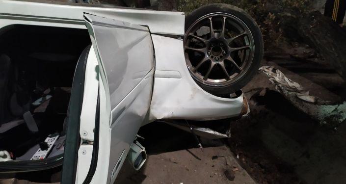 В Бишкеке на пересечении улиц Абдрахманова и Жумабека легковой автомобиль врезался в дерево и перевернулся