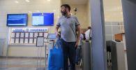 Руководитель портала РИА Новости Украина Кирилл Вышинский выходит из здания апелляционного суда Киева. Суд в Киеве освободил Кирилла Вышинского из-под стражи.