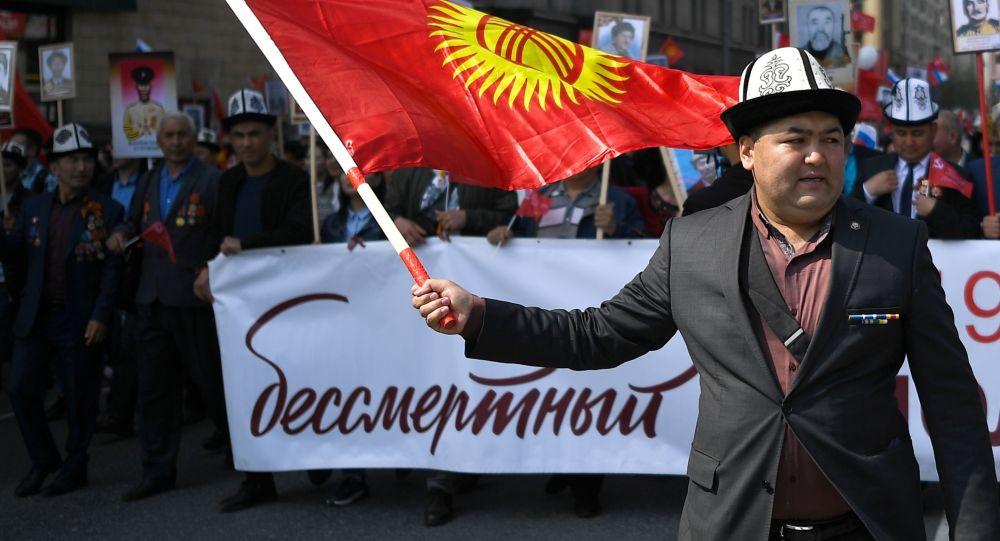 Ак калпакчан кыргыздар Москвадагы Өлбөс полкко катышты