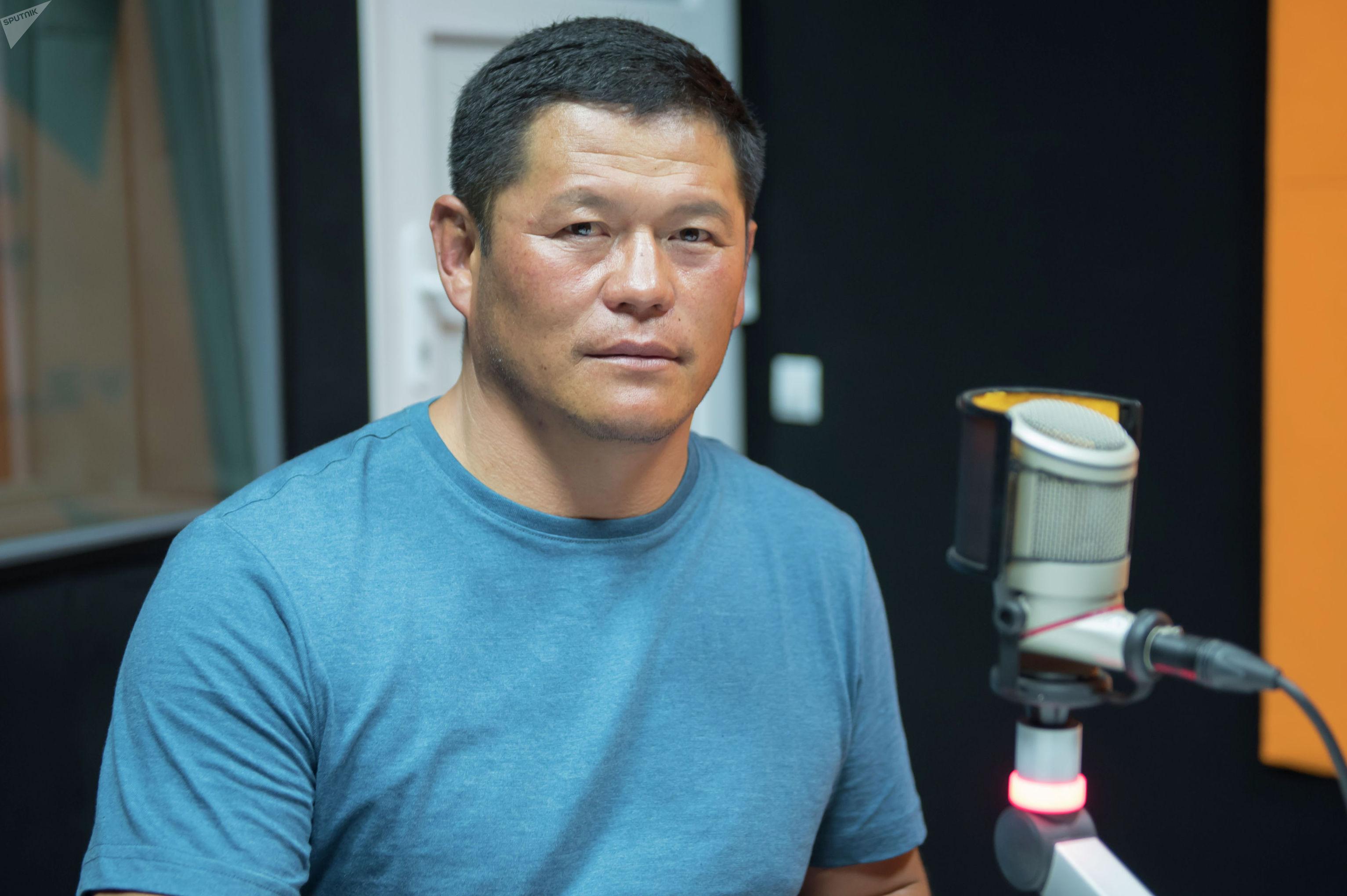 Отец серебряного призера чемпионата мира по спортивной борьбе среди юношей Калмиры Билимбек кызы на радиостудии Sputnik Кыргызстан