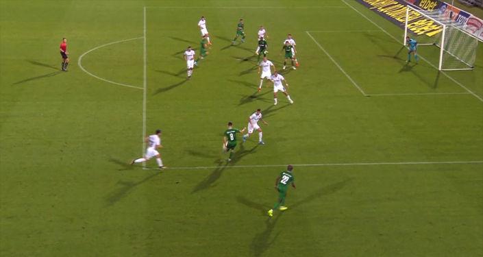 В матче чемпионата Болгарии между Лудогорцем и Славией произошел курьезный случай. Видеозапись забавного момента опубликовал телеканал RT.