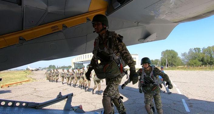 С 27 по 29 августа на базе войсковой части №23565 проходили учебно-тренировочные прыжки с парашютом. Военные прыгали с вертолета Ми-8МТ и скоростного самолета Ан-26 на высоте 800 метров.