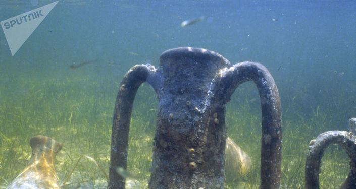 Амфора на дне воды. Архивное фото