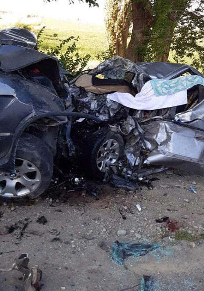 Последствия лобового столкновения внедорожника BMW X5 и легковой BMW между селами Кызыл-Орук и Сары-Камыш