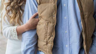 Женщина держится за руку мужчины. Архивное фото