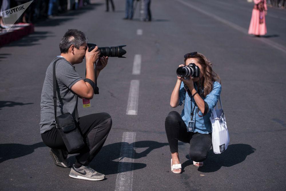 Журналисттер, фотографтар тарыхый көз ирмемдерди чагылдырууда.