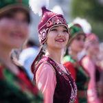 Жүзүмдөн дайыма күлкү кетпей, Кыргызстан эли бейпилдикте жашасын деп атай турган сүрөт экен.