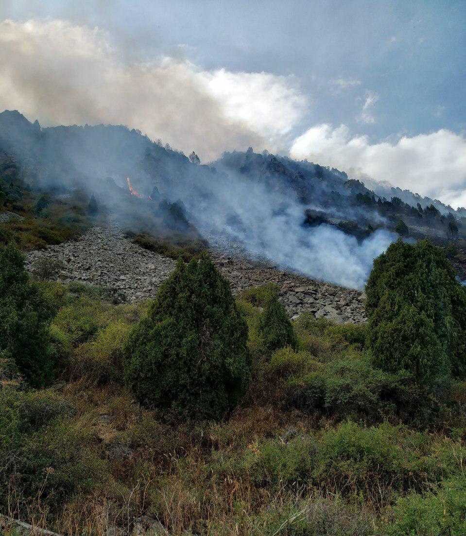 Возгорание сухотравья у подножья горы в селе Кашка-Суу Аламудунского района