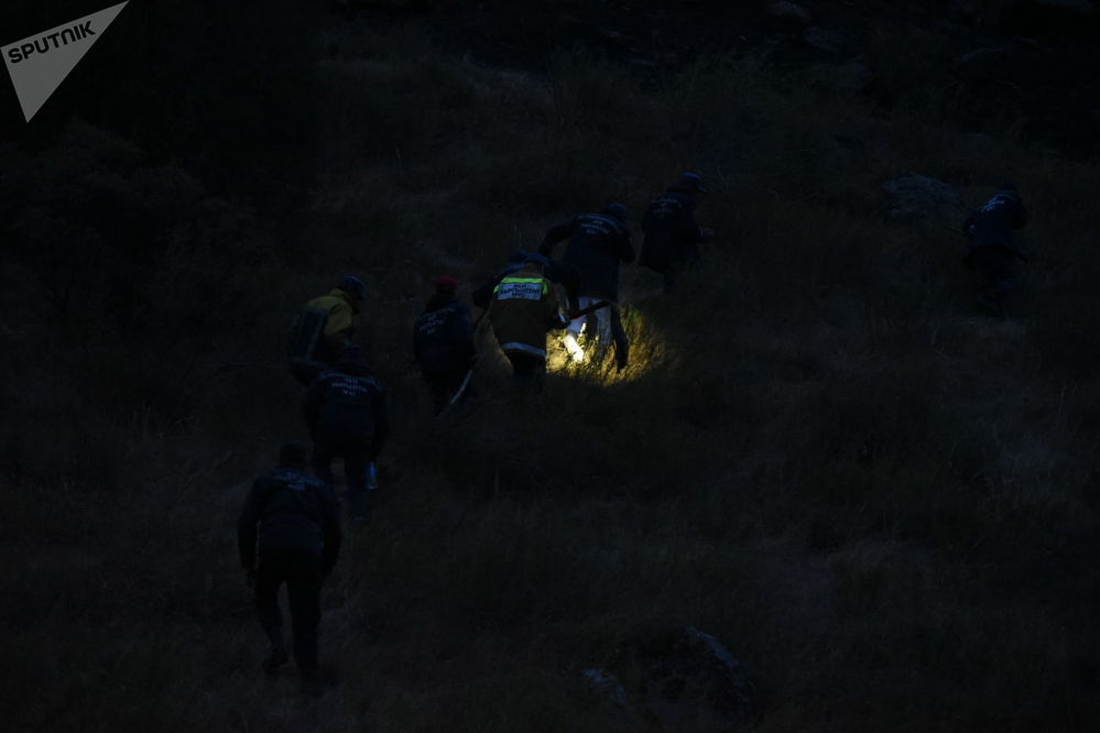 Сотрудники МЧС в национальном парке Ала-Арча, где загорелось сухотравье на склонах гор.