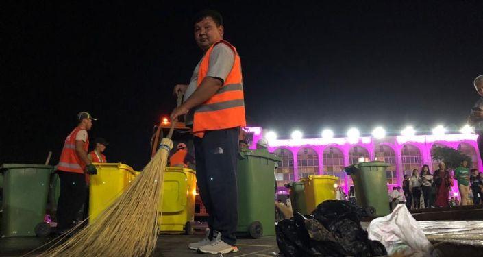 Работники муниципального предприятия Тазалык вывезли 16 тонн мусора с центре Бишкека после празднования Дня независимости страны 31 августа