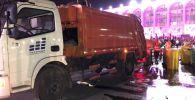 Работники муниципального предприятия Тазалык вывезли 16 тонн мусора с центра Бишкека после празднования Дня независимости страны 31 августа