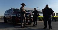 Сотрудники полиции на месте стрельбы на дороге, соединяющей города Мидленд и Одесса в американском штате Техас. 1 сентября 2019 года