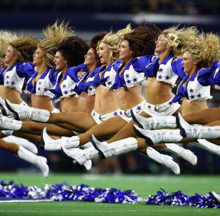 Чирлидеры Dallas Cowboys выступают перед игрой в Техасе