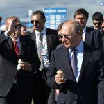 Президент РФ Владимир Путин и его турецкий коллега Реджеп Тайип Эрдоган (слева) с мороженым во время посещения Международного авиакосмического салона МАКС-2019.