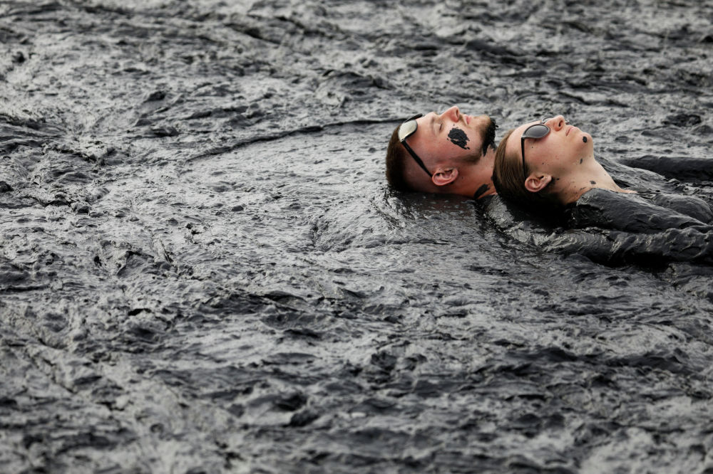 Россиянын Железноводск шаарында Железная грязь фестивалы өтүп, 250 тонна ылайды ташып келишти.