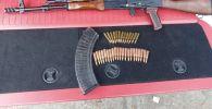 В Бишкеке мужчина грозил водителю автоматом — у него найден арсенал. Фото