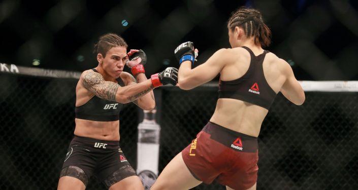 Боец Чжан Вэйли (Китайская Народная Республика) выступает против Джессики Андраде в турнире UFC Fight Night 157 в Шэньчжэне, провинция Гуандун. 31 августа 2019 года