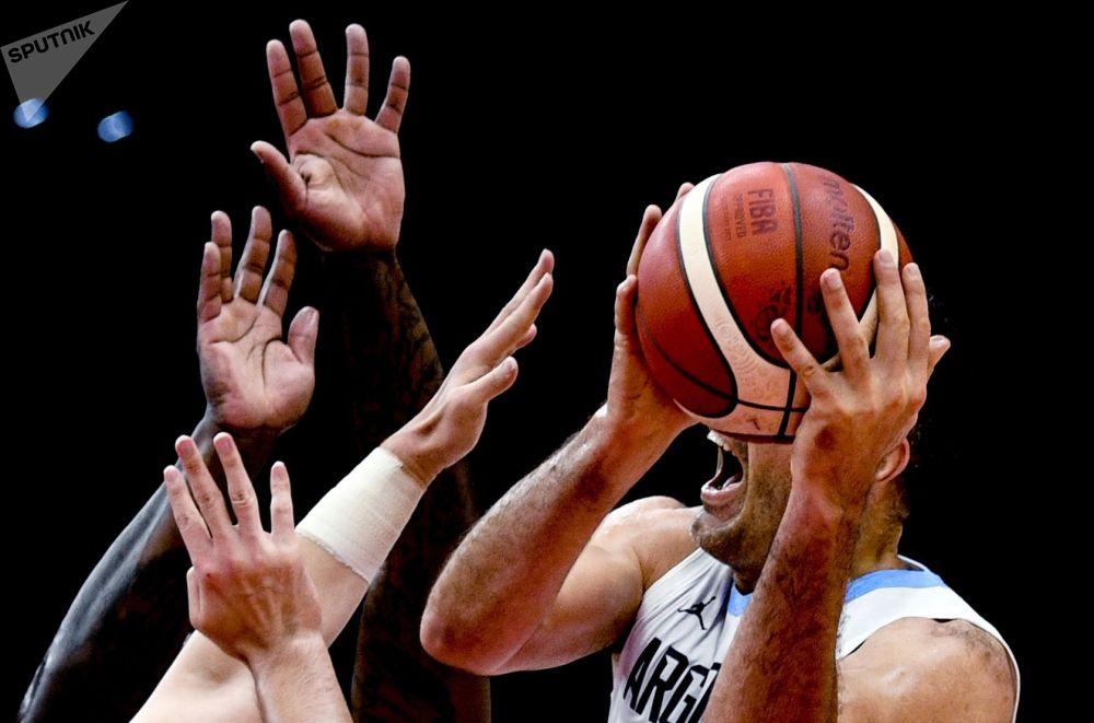Луис Скола (Аргентина) баскетбол боюнча дүйнө чемпионаты — 2019 оюндарынын биринчи этабында оюн көрсөттү.