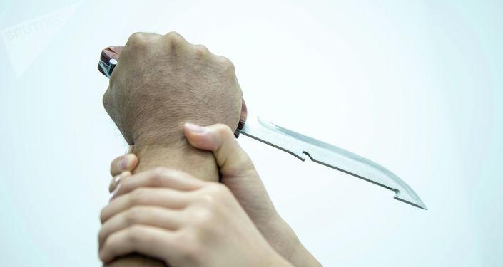 Женщина защищается от человека с ножом. Иллюстративное фото