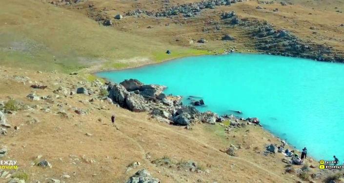 Путь к мертвому озеру Кол-Тор лежит через ущелье Кегеты, что в 90 километрах от Бишкека. Видео опубликовано на YouТube-канале кыргызстанца, специализирующегося на съемках природы Кыргызстана с дрона.