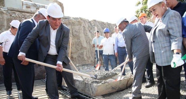 Строительство современного 9-этажного дома, квартиры в котором будут выдаваться по муниципальной ипотечной программе по улице Курманжан-Датка города Ош началось. 2 сентября 2019 года