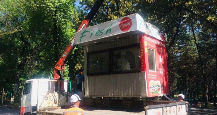 Управление землепользования и строительства (УЗС) демонтировали 8 павильонов, установленных на территории парка им. Ата-Тюрка без разрешительных документов