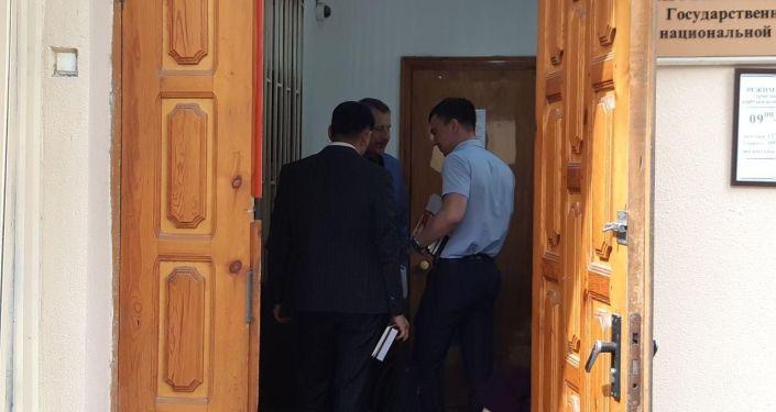 К зданию Госкомитета национальной безопасности, где проходят судебные процессы по делу бывшего президента Алмазбека Атамбаева, прибыли члены его семьи и адвокаты