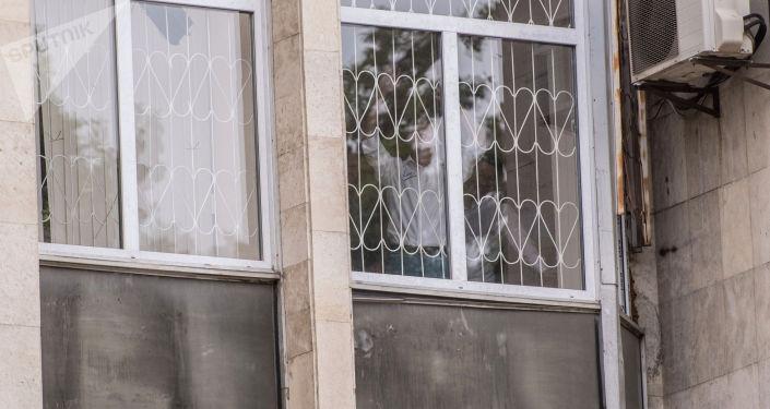 Бывший президент Алмазбек Атамбаев помахал своим сторонникам и близким, находясь в здании Госкомитета национальной безопасности КР.