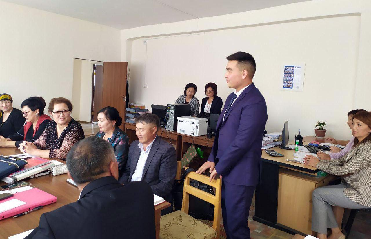 Новым директором школы №6 имени Антона Чехова в Караколе назначен 26-летний Жоомартбек Карыбаев.