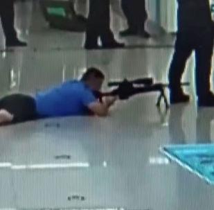 В социальных сетях распространяется видео операции по спасению заложницы в метро, в ходе которой снайперу удалось ликвидировать преступника.