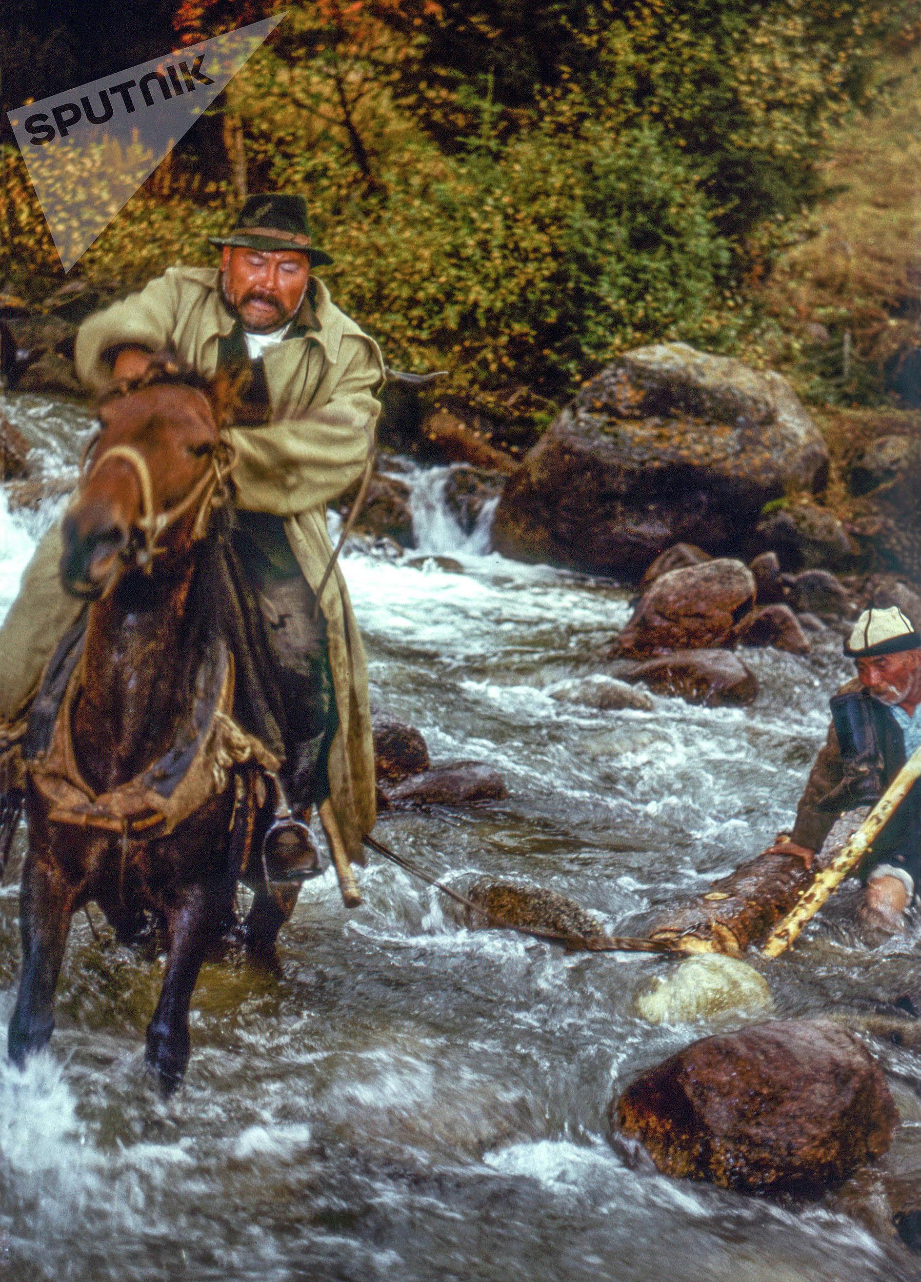 Актеры Орозбек Кутманалиев и Асанкул Куттубаев на съемках фильма Ак Кеме в Иссык-Кульской области. 1974-года