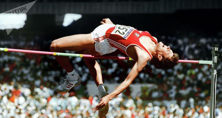 Игорь Паклин - заслуженный мастер спорта, член сборной команды СССР по легкой атлетике, чемпион мира по прыжкам в высоту. Архивное фото