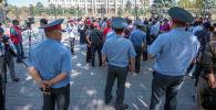 Бишкекте мыкаачылык менен сабалгандардын туугандары митингге чыкты