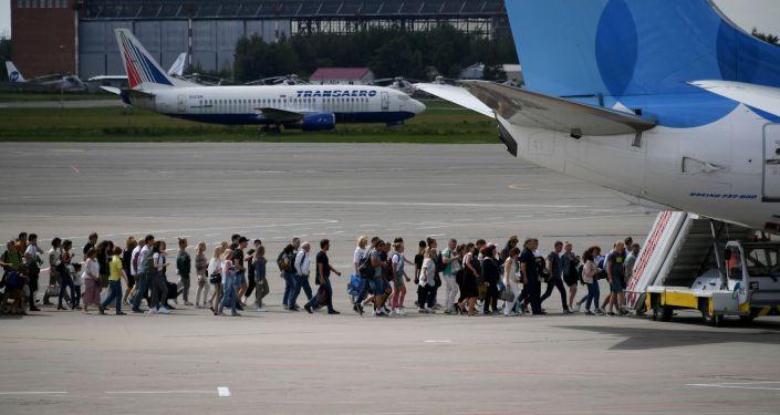 Пассажиры идут на посадку в самолет Boeing 737-800 авиакомпании Pobeda в аэропорту Внуково имени А. Н. Туполева.