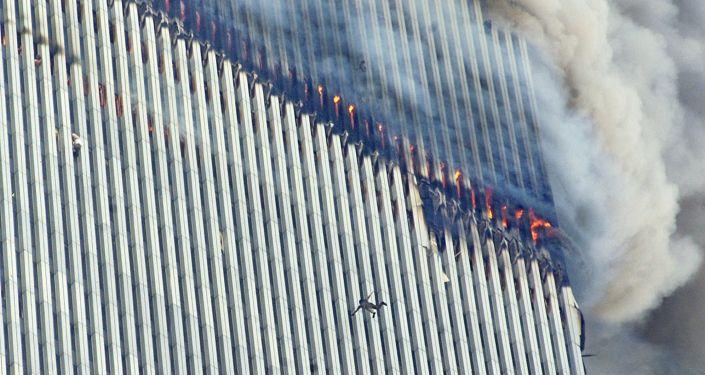 Человек падает с северной башни Всемирного торгового центра в Нью-Йорке, как другой цепляется за пределы, левого центра 11 сентября 2001 года в США