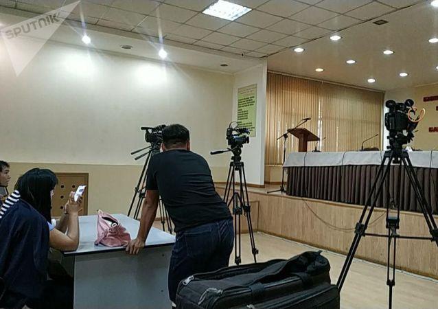 Глава ГУВД Бишкека Канат Джумагазиев рассказывает на пресс-конференции, как милиция задерживала подозреваемых в жестоком избиении.